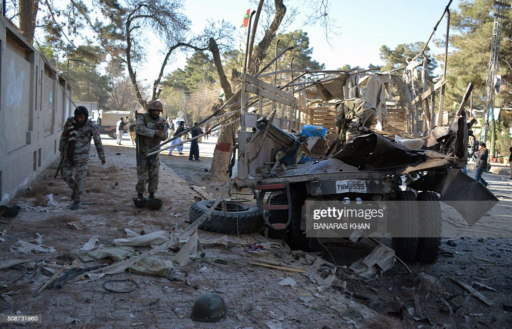 Pakistani paramilitary soldiers stand beside destroyed a security truck at the site of a bomb explosion that targeted a security convoy in Quetta on February 6, 2016. A bomb blast struck a paramilitary vehicle and killed at least eight people and wounded more than 35 others in southwestern Pakistani city of Quetta, official said. AFP PHOTO / BANARAS KHAN / AFP / BANARAS KHAN