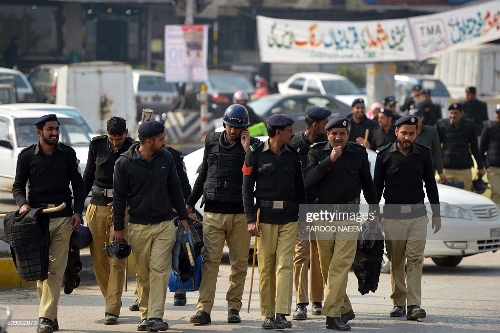 Pakistani policemen march around Benazir Bhutto Airport during the PIA employees strike in Islamabad on February 8, 2016. The strike continued despite Prime Minister Nawaz Sharif's warning that the demonstration was illegal and those taking part could face up to a year in prison under a law that restricts union activity in state-administered sectors. AFP PHOTO / Farooq NAEEM / AFP / FAROOQ NAEEM