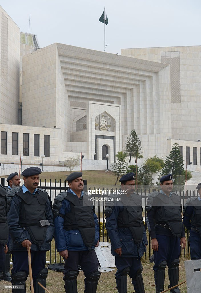 Pakistani policemen stand guard outside the Supreme Court building in Islamabad on January 17, 2013. The head of Pakistan's anti-corruption watchdog told the Supreme Court on January 17 he did not yet have enough evidence to move against the prime minister and 15 others on accusations of graft. AFP PHOTO/Farooq NAEEM