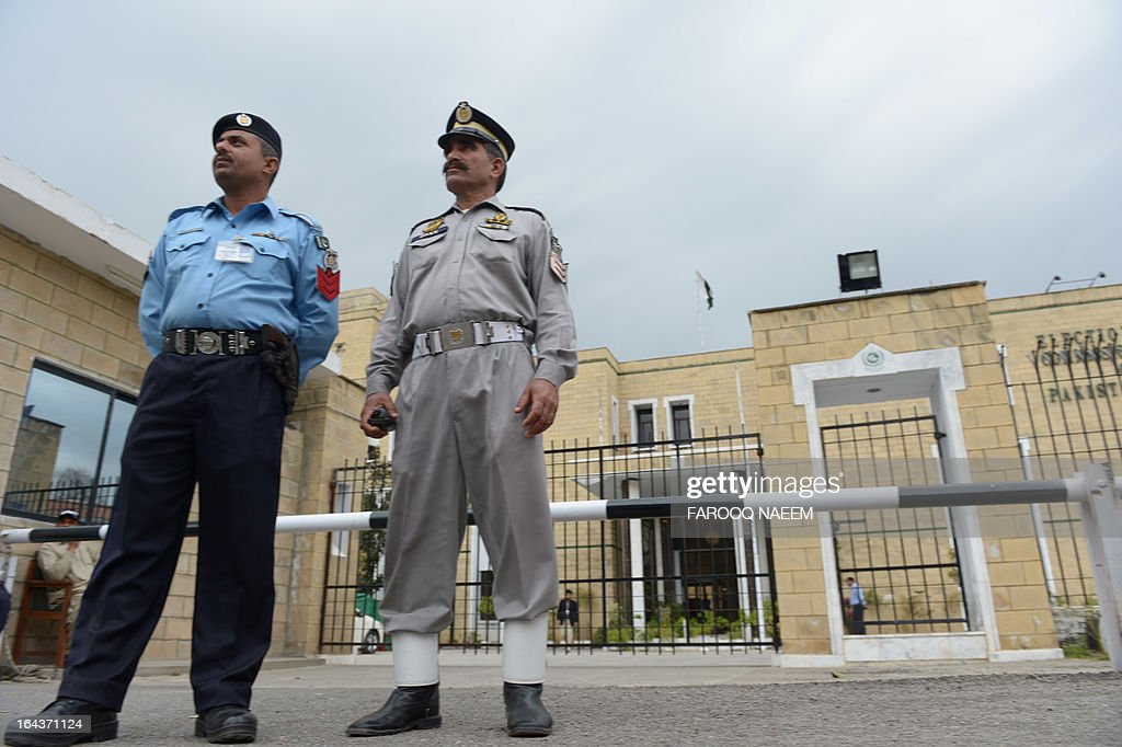 Pakistani policemen stand in front of the Election Commission Pakistan (ECP) office during a meeting to nominate the caretaker Prime Minister in Islamabad on March 23, 2013. Secretary Election Commission of Pakistan, Ishtiaque Ahmed, said the commission had two days to decide a name for the caretaker prime minister. AFP PHOTO/Farooq NAEEM