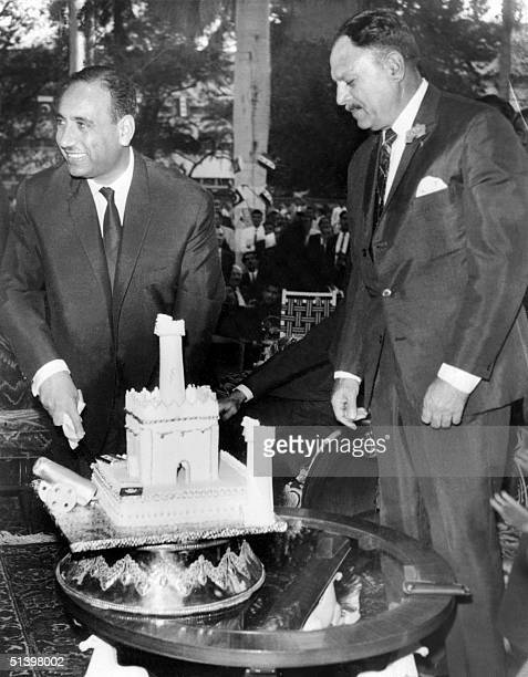 Pakistani President Mohammad Ayub Khan welcomes 26 March 1964 in Islamabad his Iraqi counterpart Abdus Salaam Mohammed Arif upon his arrival to an...