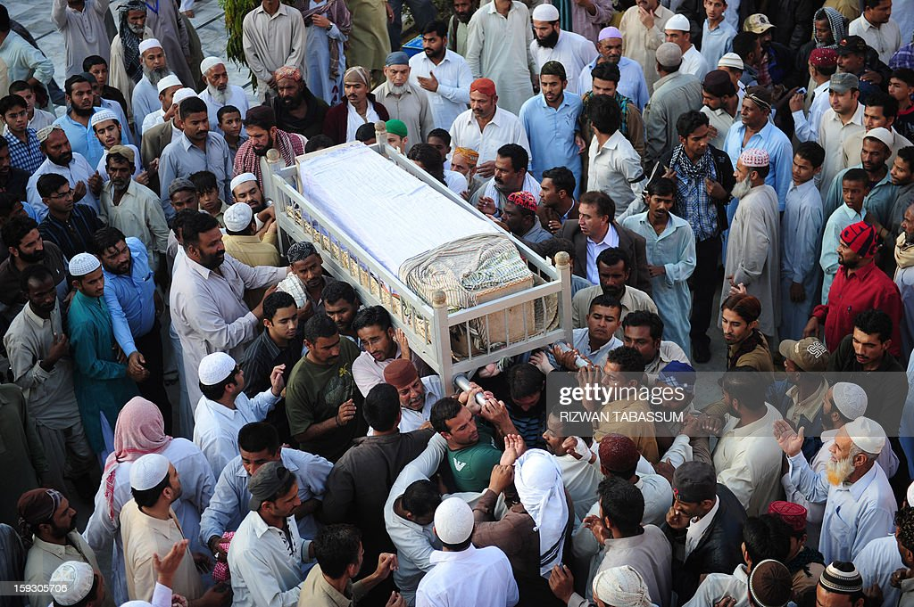 Pakistani relatives and journalists carry the coffin of Saif-ur-Rehman, a reporter of Pakistan's private Samaa TV in Karachi on January 11, 2013. Saif-ur-Rehman was among 92 people who died in one of the deadliest terror attacks in the country's southwestern Quetta city. AFP PHOTO/ Rizwan TABASSUM