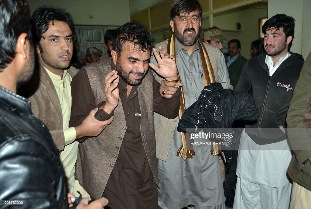Pakistani relatives react at a hospital following a bomb explosion that targeted a security convoy in Quetta on February 6, 2016. A bomb blast struck a paramilitary vehicle and killed at least eight people and wounded more than 35 others in southwestern Pakistani city of Quetta, official said. AFP PHOTO / BANARAS KHAN / AFP / BANARAS KHAN