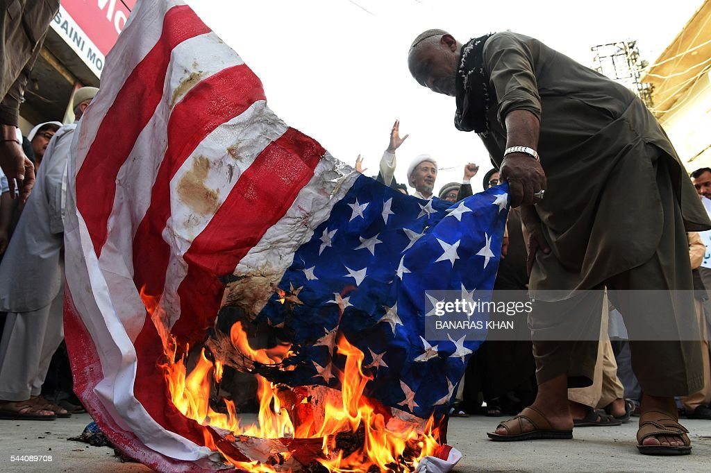 Pakistani Shiite Muslim torch the US and Israel flag during a rally to mark the Al-Quds (Jerusalem) day on the last Friday in the month of Ramadan in Quetta on July 1, 2016. / AFP / BANARAS