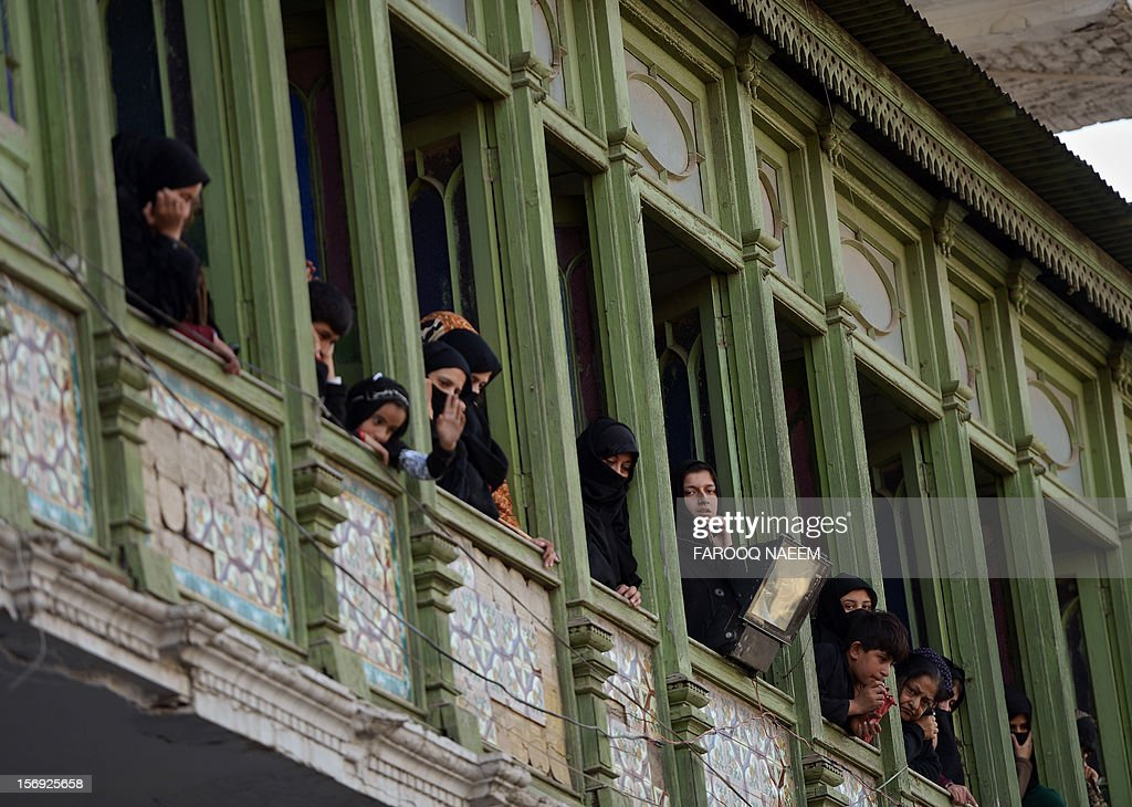 Pakistani Shiite Muslim watch an Ashura religious procession in Rawalpindi on November 25, 2012. A bomb attack on a Shiite Muslim procession killed five mourners and wounded more than 80 in northwest Pakistan on November 25 as Shiites marked their holiest day Ashura, officials said.