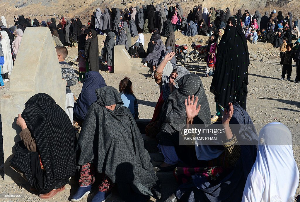 Pakistani Shiite Muslim women mourn the death of their loved ones during a funeral ceremony of the twin bomb blast victims in Quetta on January 14,2013. Embattled Shiite Muslims Monday buried victims of the deadliest single attack on their community in Pakistan, ending a four-day protest to demand protection after the provincial government was sacked. AFP PHOTO/Banaras KHAN