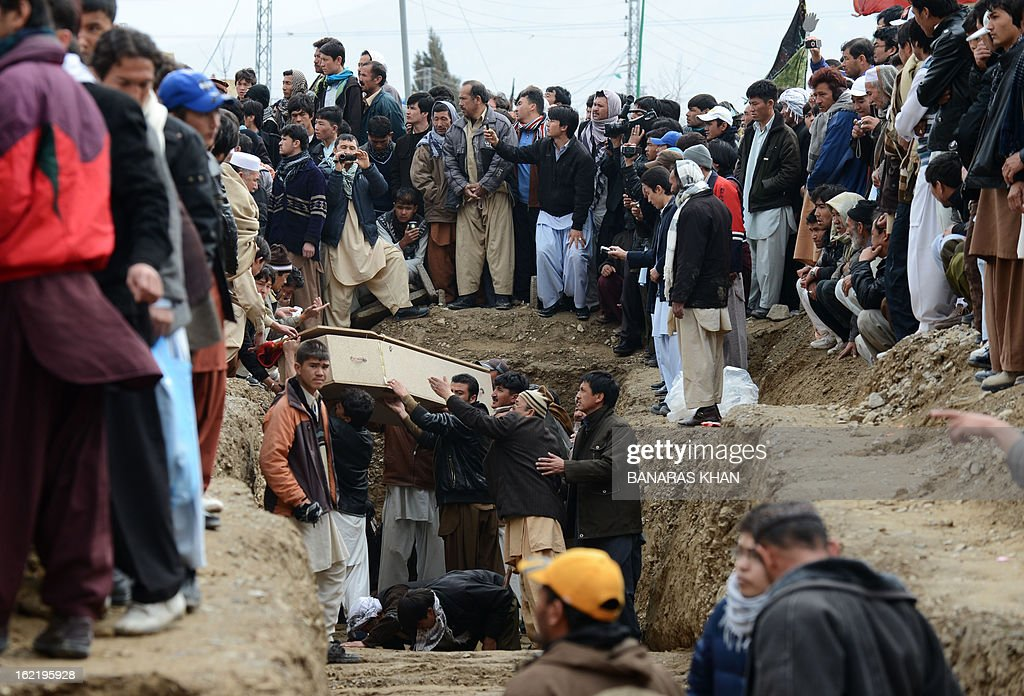 Pakistani Shiite Muslims bury the coffin of relatives during a mass burial ceremony in Quetta on February 20, 2013. Mass burials for 89 victims of a bomb attack targeting Pakistani Shiite Muslims began after three days of nationwide protests at the government's failure to tackle sectarian violence. AFP PHOTO/ Banaras KHAN