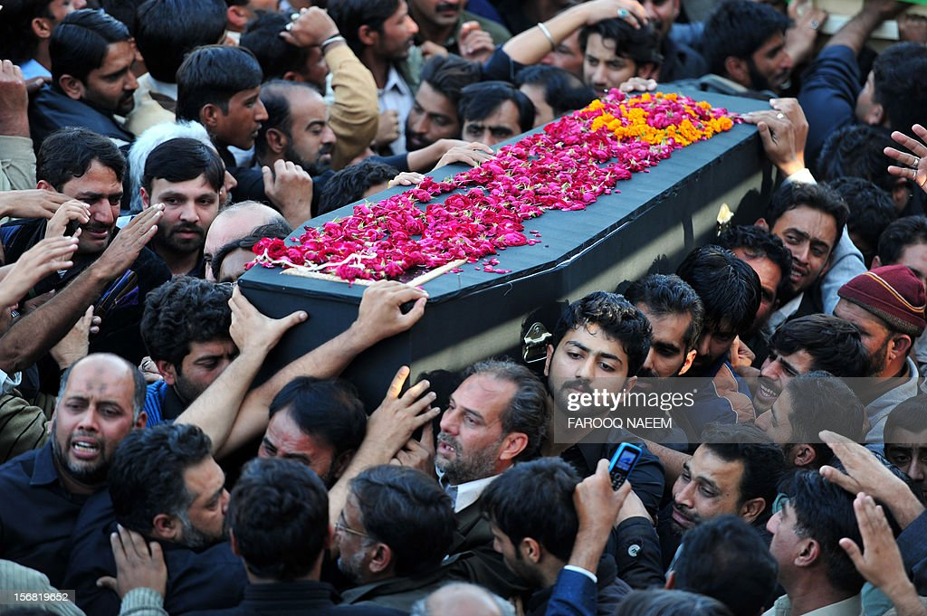 Pakistani Shiite Muslims carry a coffin of bomb blast victim as they arrive for the funeral prayers in Rawalpindi on November 22, 2012. Muslim leaders gathered for a rare summit in Islamabad as militant attacks killed 36 people across the country on one of the deadliest days of violence claimed by the Taliban in months. AFP PHOTO/Farooq NAEEM