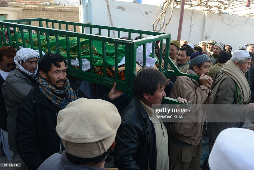 Pakistani Shiite Muslims carry the coffin of a bomb attack victim as they arrive for a protest in Quetta on February 17, 2013. The death toll from a devastating bomb attack on Shiite Muslims in southwest Pakistan rose to 81 Sunday, as the community threatened protests if swift action was not taken against the killers. AFP PHOTO/Banaras KHAN
