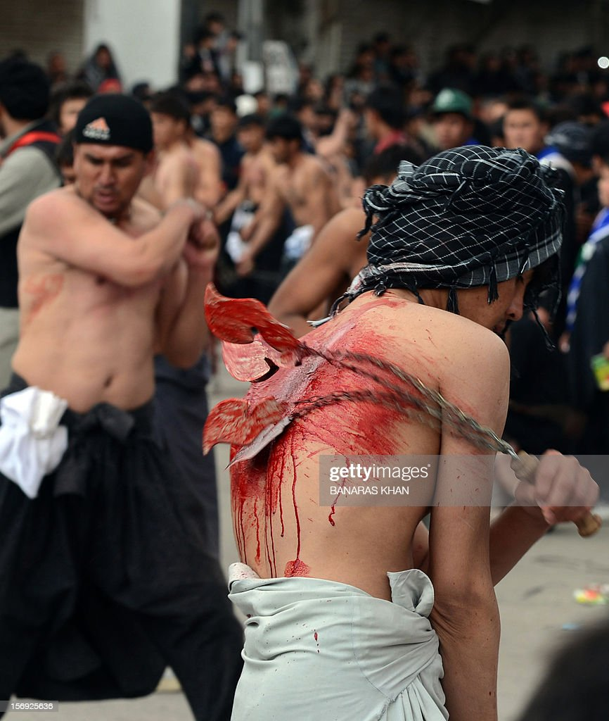 Pakistani Shiite Muslims perform religious rituals during an Ashura procession in Quetta on November 25, 2012. A bomb attack on a Shiite Muslim procession killed five mourners and wounded more than 80 in northwest Pakistan on November 25 as Shiites marked their holiest day Ashura, officials said. AFP PHOTO/ BANARAS KHAN