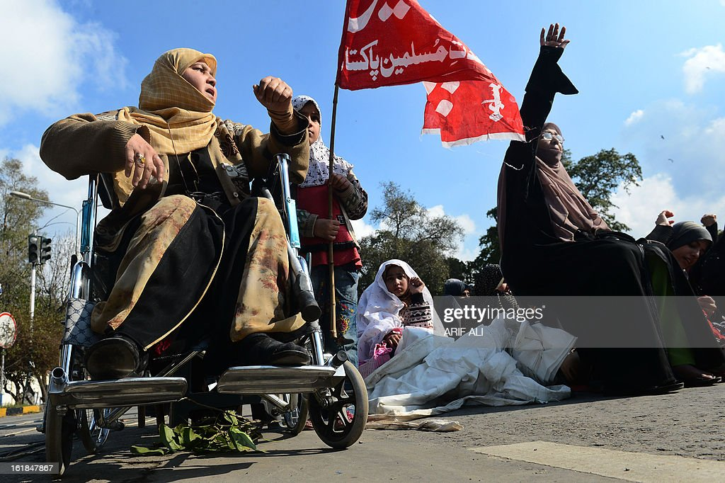 Pakistani Shiite Muslims shout slogans as they react against yesterday's bomb attack in Quetta, in Lahore on February 17, 2013. The death toll from a devastating bomb attack on Shiite Muslims in southwest Pakistan rose to 81 Sunday, as the community threatened protests if swift action was not taken against the killers. AFP PHOTO/Arif ALI