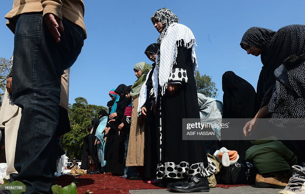 Pakistani Shiite Muslims women offer prayers as they react against yesterday's bomb attack in Quetta, in Karachi on February 17, 2013. The death toll from a devastating bomb attack on Shiite Muslims in southwest Pakistan rose to 81 Sunday, as the community threatened protests if swift action was not taken against the killers. AFP PHOTO/Asif HASSAN