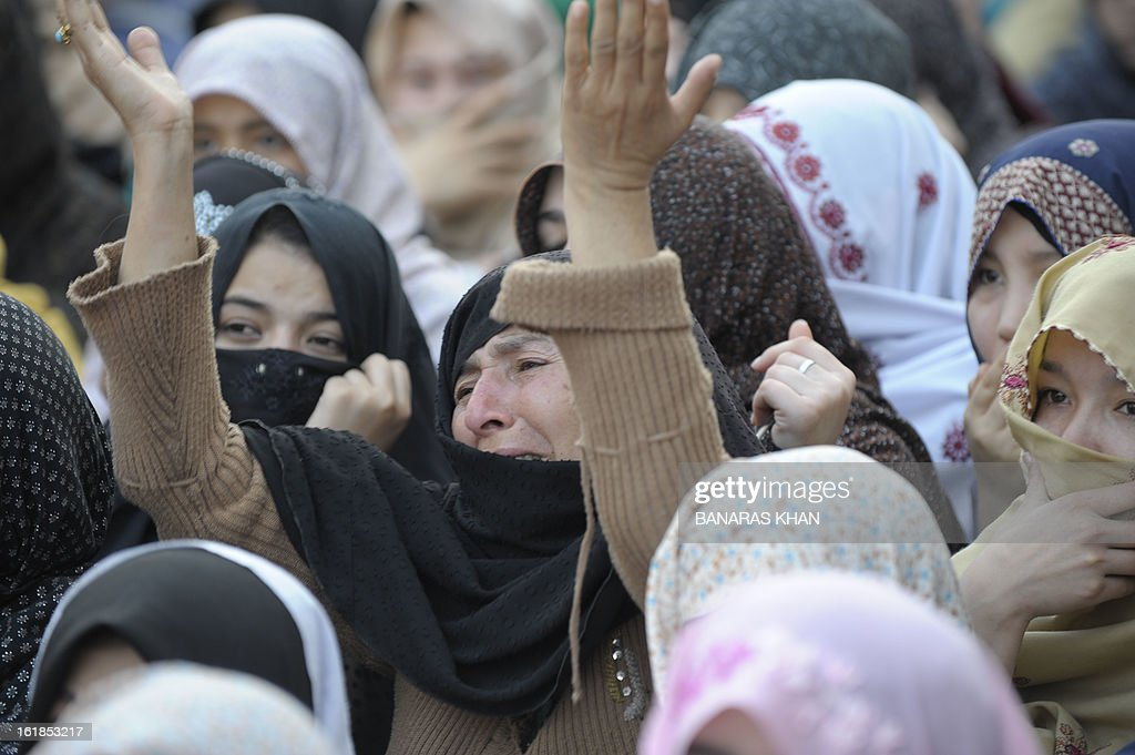 Pakistani Shiite Muslims women protest against the killing of bomb attack victims in Quetta on February 17, 2013, a day after devastating bomb attack here. The death toll from a devastating bomb attack on Shiite Muslims in southwest Pakistan rose to 81 Sunday, as the community threatened protests if swift action was not taken against the killers. AFP PHOTO/Banaras KHAN