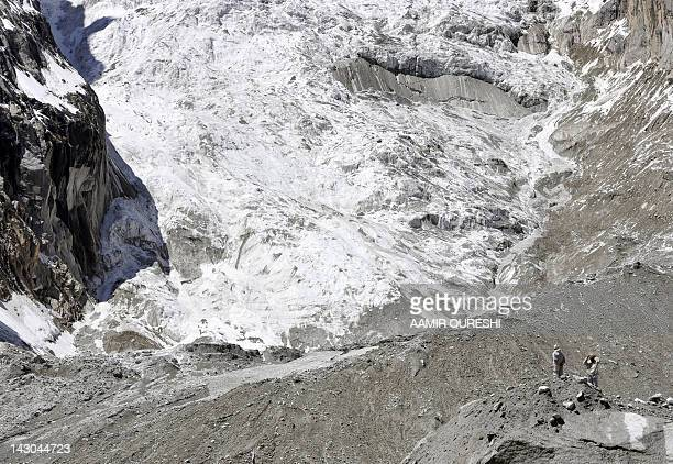 Pakistani soldiers look at the site of an avalanche during an ongoing operation at the Gayari camp near the Siachen glacier on April 18 2012 Rescuers...