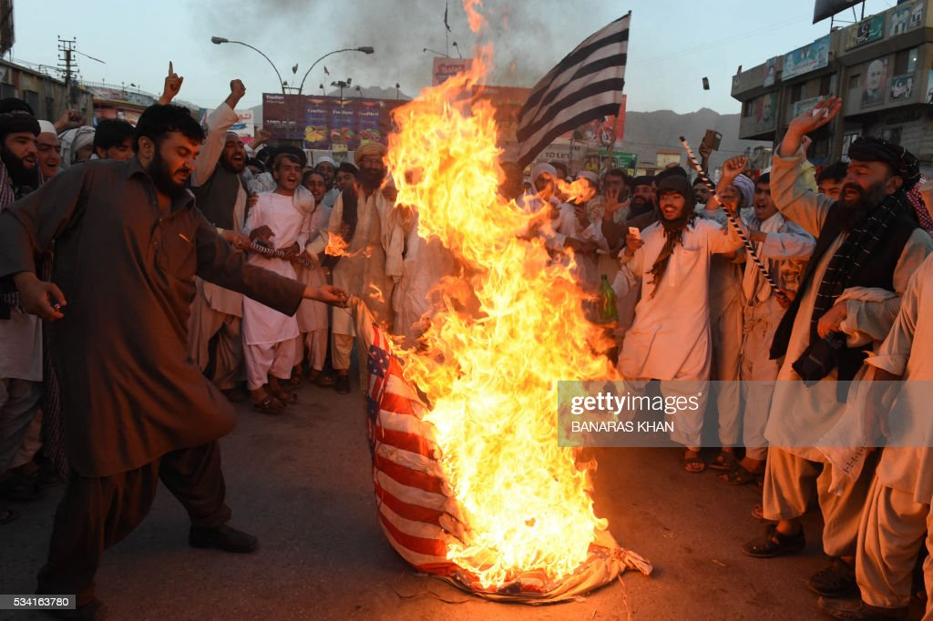 Pakistani Sunni Muslim supporters of hard line pro-Taliban party Jamiat Ulema-i-Islam-Nazaryati (JUI-N) torch a US flag during a protest in Quetta on May 25, 2016, against a US drone strike in Pakistan's southwestern province Balochistan in which killed Afghan Taliban leader Mullah Akhtar Mansour. The Afghan Taliban on May 25 announced Haibatullah Akhundzada as their new leader, elevating a low-profile religious figure in a swift power transition after officially confirming the death of Mullah Mansour in a US drone strike. / AFP / BANARAS