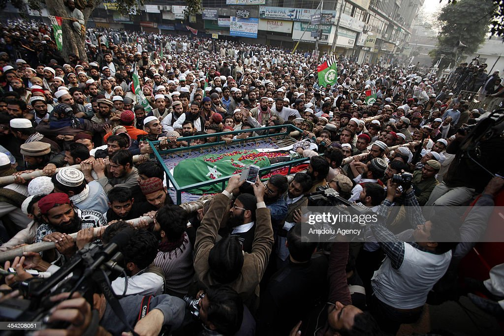 Pakistani Sunni Muslims carry the body of Ahle Sunnat wal Jammat leader Shamsur Rehman Mawiya, who killed in gunmen attack during the funeral procession in Lahore,December 7, 2013. Thousands attend the funeral procession and protest against the killing of his leader in all over the pakistan.