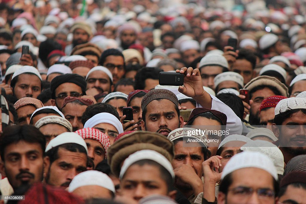 Pakistani Sunni Muslims shout slogans during funeral procession of Ahle Sunnat wal Jammat leader Shamsur Rehman Mawiya, who killed in gunmen attack in Lahore ,December 7, 2013. Thousands attend the funeral procession and protest against the killing of his leader in all over the pakistan.