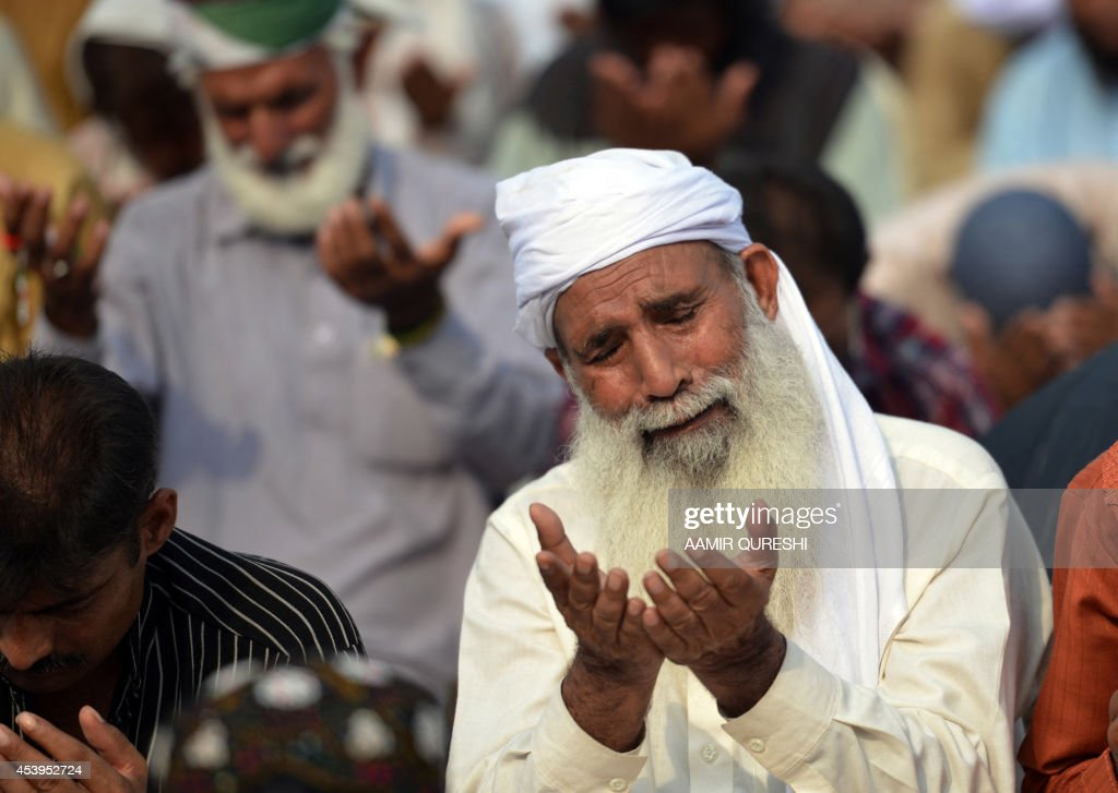 A Pakistani supporter of Canada-based preacher Tahir-ul-Qadri prays as he and others gather for congregational Friday prayers held at an anti-government protest site in front of the Parliament in Islamabad on August 22, 2014. Pakistani opposition politician Imran Khan called August 21 off talks with the government aimed at ending protests seeking the fall of the prime minister, which have unnerved the nuclear-armed nation. Khan and populist cleric Tahir-ul-Qadri have led followers protesting outside parliament for the past two days demanding Prime Minister Nawaz Sharif quit. AFP PHOTO/ Aamir QURESHI