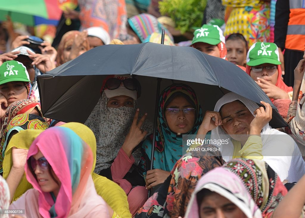 Pakistani supporters of Canada-based preacher Tahir-ul-Qadri listen to their leader's speech in front of the Parliament during an anti-government protest in Islamabad on August 21, 2014. Pakistani opposition politician Imran Khan on August 21 called off talks with the government aimed at ending protests seeking the fall of the prime minister, which have destabilised the nuclear-armed nation. Khan and populist cleric Tahir-ul-Qadri have led followers protesting outside parliament for the past two days demanding Prime Minister Nawaz Sharif quit. AFP PHOTO/ Aamir QURESHI