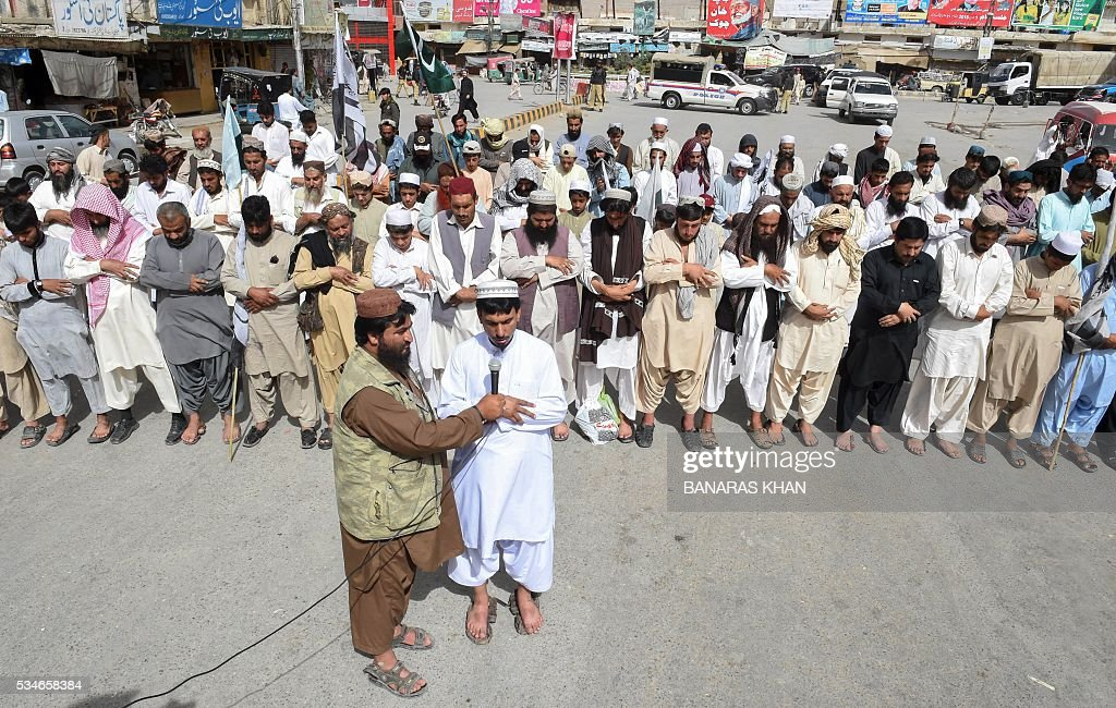 Pakistani supporters of the banned organisation Jamaat-ud-Dawa (JuD) offer absentia funeral prayers for Taliban chief Mullah Akhtar Mansour in Quetta on May 27, 2016. A US drone strike killed Taliban chief Mullah Akhtar Mansour in a remote area in Pakistan along the border with Afghanistan, the first known American assault on a top Afghan Taliban leader on Pakistani soil. / AFP / BANARAS