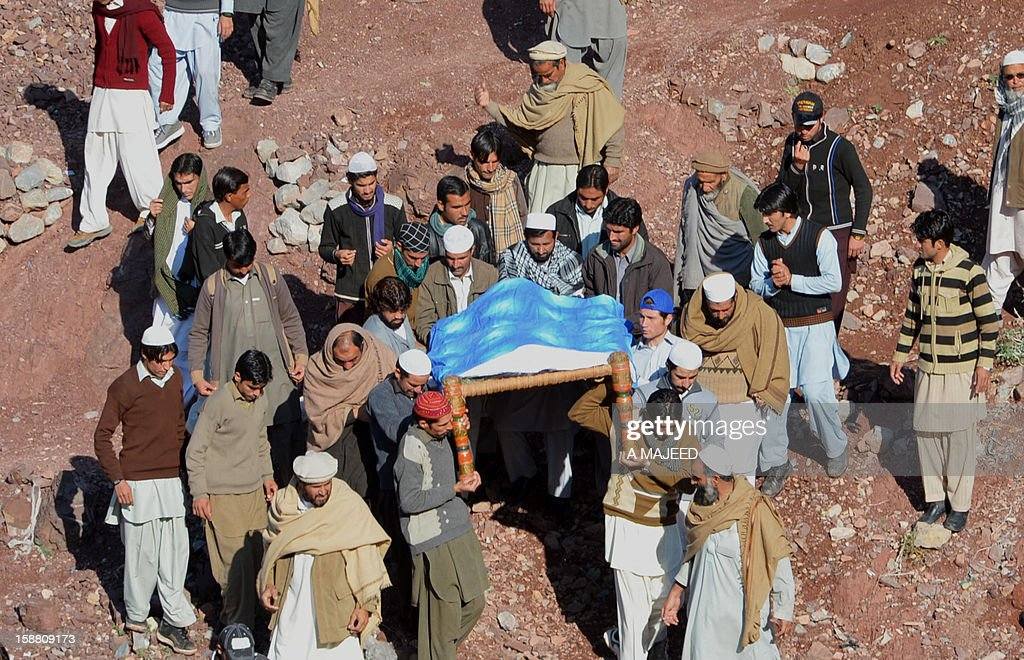 Pakistani tribesmen carry the coffin of a soldier during a funeral ceremony in Darra Adam Khel on December 30, 2012, who was kidnapped and killed by Taliban militants. Taliban militants have shot dead 21 Pakistani soldiers who they had kidnapped in raids on two camps outside Peshawar in the troubled northwest of the country, officials said. AFP PHOTO/A MAJEED