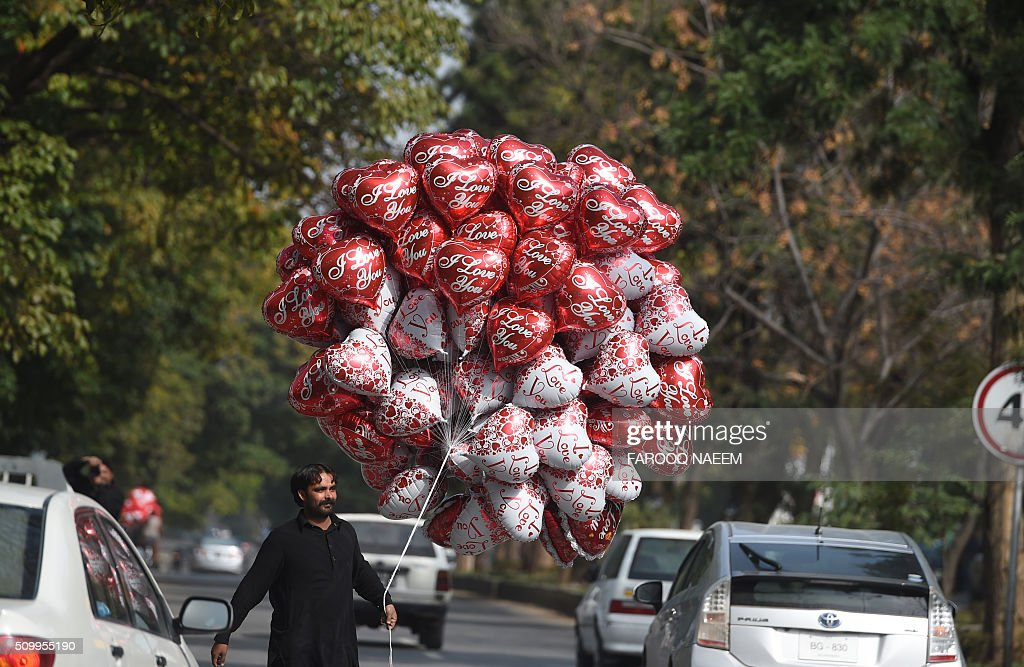 A Pakistani vendor sells heart-shaped balloons at the roadside ahead of Valentine's Day in Islamabad on February 13, 2016. Pakistan president Mamnoon Hussain has urged the nation to refrain from celebrating Valentine's Day, while other officials blasted it as 'vulgar and indecent' as they moved to outlaw festivities. AFP PHOTO / Farooq NAEEM / AFP / FAROOQ NAEEM