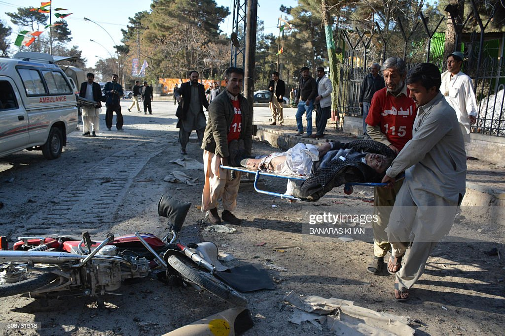 Pakistani volunteers move a blast victim at the site of a bomb explosion that targeted a security convoy in Quetta on February 6, 2016. A bomb blast struck a paramilitary vehicle and killed at least eight people and wounded more than 35 others in southwestern Pakistani city of Quetta, official said. AFP PHOTO / BANARAS KHAN / AFP / BANARAS KHAN