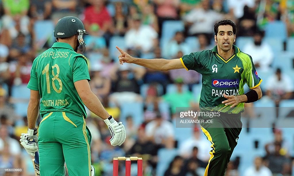 Pakistan's cricketer Umar Gul (R) celebrates the wicket of South-African captain cricketer Faf du Plessis (L) during a T20 cricket match between South-Africa and Pakistan, in Centurion at SuperSport Park on March 3, 2013. AFP PHOTO / ALEXANDER JOE