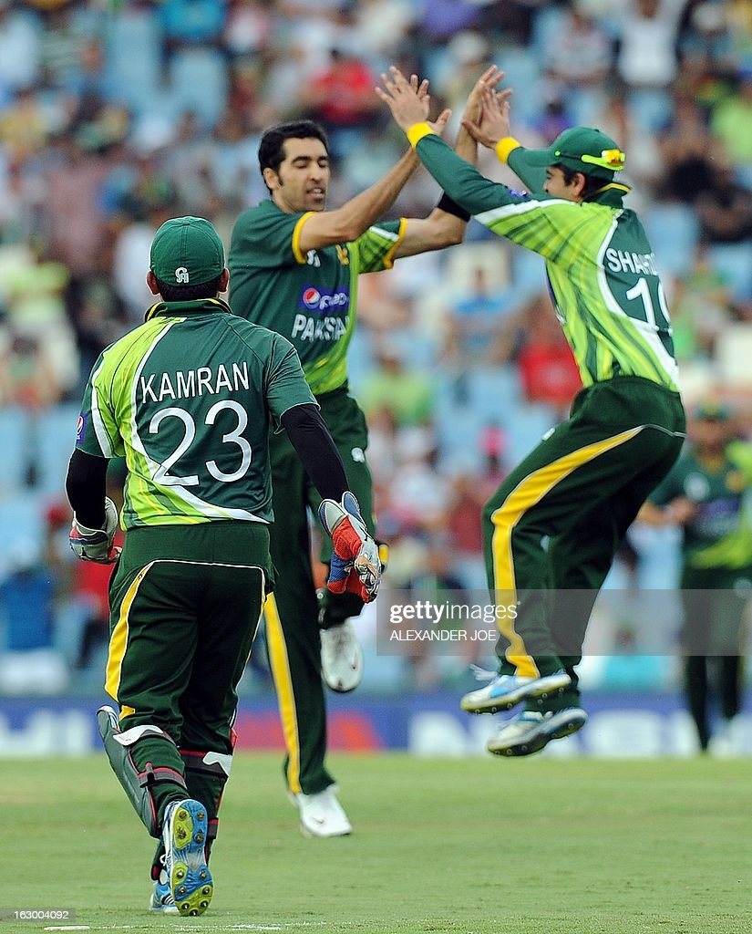 Pakistan's cricketer Umar Gul (C) celebrates with teammates Akmal Kamram (L) and Shahid Afridi (R) the wicket of South-African captain cricketer Faf du Plessis (L) during a T20 cricket match between South-Africa and Pakistan, in Centurion at SuperSport Park on March 3, 2013.