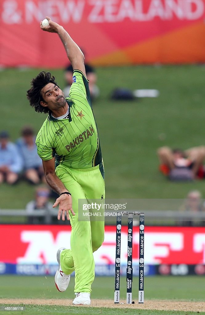 Pakistan's Mohammad Irfan bowls during the Pool B Cricket World Cup match between the United Arab Emirates (UAE) and Pakistan at McLean Park in Napier on March 4, 2015.  AFP PHOTO / Michael Bradley