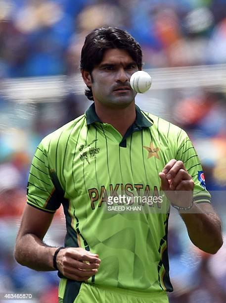 Pakistan's Mohammad Irfan prepares to bowl during the Pool B 2015 Cricket World Cup match between India and Pakistan at the Adelaide Oval on February...