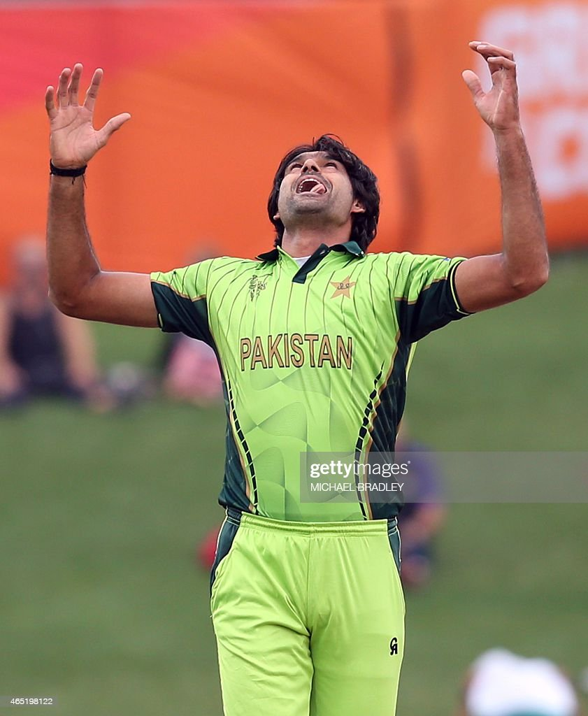 Pakistan's <a gi-track='captionPersonalityLinkClicked' href=/galleries/search?phrase=Mohammad+Irfan+-+Cricketspieler&family=editorial&specificpeople=10986295 ng-click='$event.stopPropagation()'>Mohammad Irfan</a> reacts after bowling during the Pool B Cricket World Cup match between the United Arab Emirates (UAE) and Pakistan at McLean Park in Napier on March 4, 2015.  AFP PHOTO / Michael Bradley