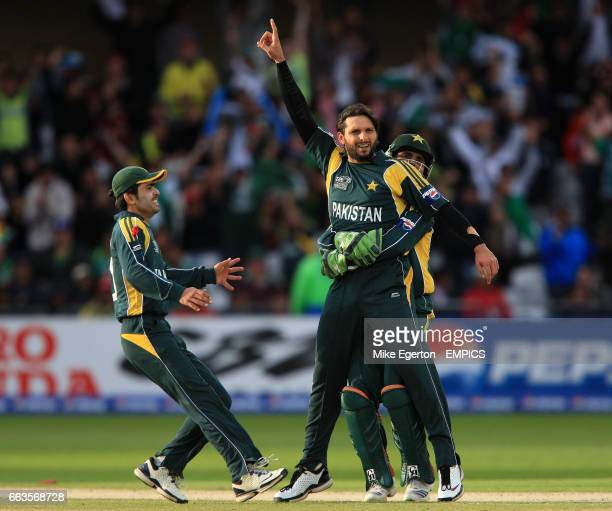 Pakistan's Shahid Afridi celebrates the wicket of South Africa's Herchelle Gibbs