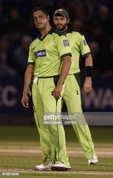 Pakistan's Shaoib Akmar and captain Shahid Afridi stand dejected