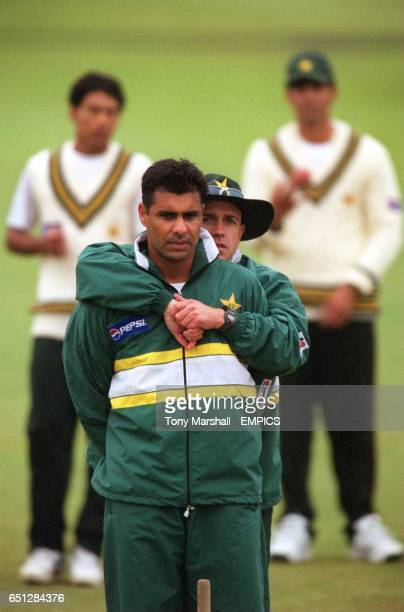 Pakistan's Waquar Younis gets a hug from Richard Pybus