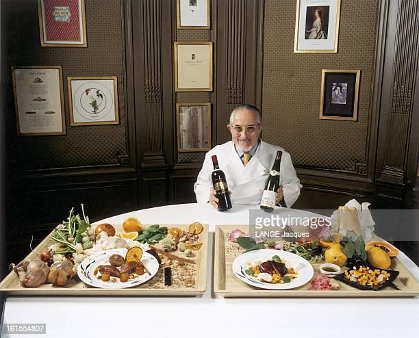 Palace Revolutions Of Alain Senderens Chef Of Restaurant Lucas Carton Alain Senderens chef de 'Lucas Carton' présentant une bouteille de Chateau...