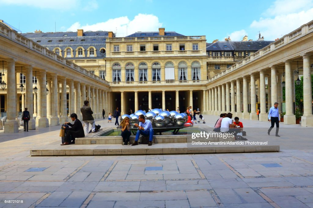 Palais Royal, Cour (courtyard) d'Honneur, people near the Sphérades or Fontaines (fountains) de Pol Bury : ストックフォト