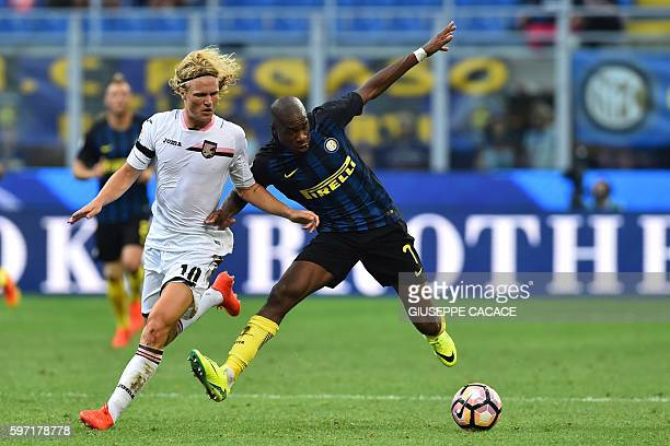 TOPSHOT Palermo's midfielder from Sweden Oscar Hiljemark fights for the ball with Inter Milan's midfielder from France Geoffrey Kondogbia during the...