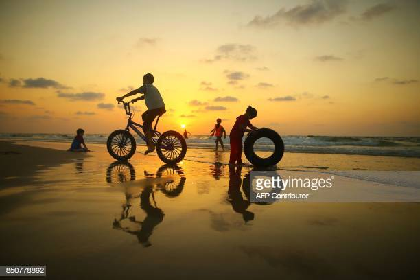 TOPSHOT Palestinian children play on the beach in Gaza City on September 21 2017 / AFP PHOTO / MOHAMMED ABED