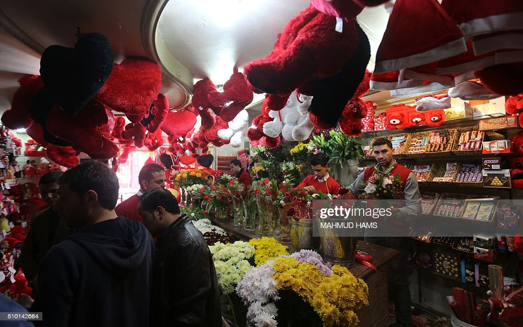 Palestinian employees prepare bunches of flowers at a gift shop on Valentine's Day on February 14, 2016 in Gaza City. / AFP / MAHMUD HAMS