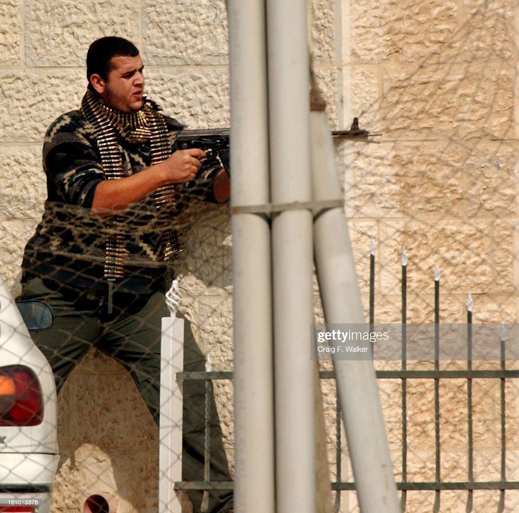 للمقاومة الفلسطينية 2001 palestinian-gunman-f