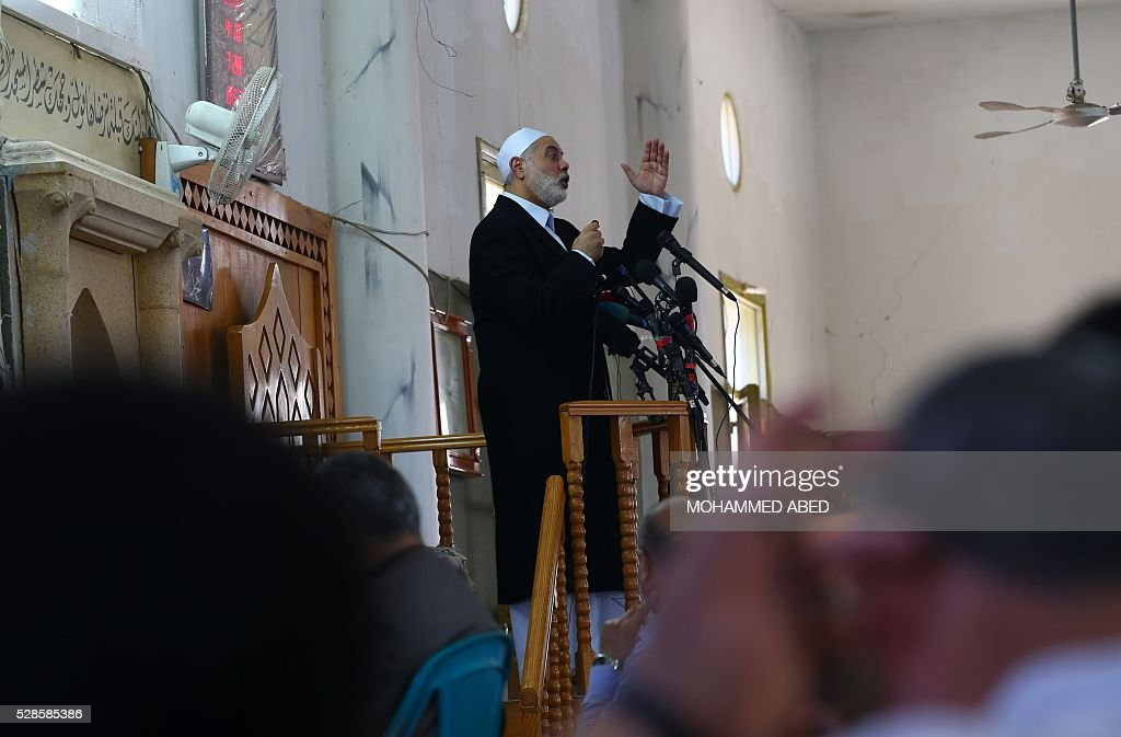 Palestinian Islamist movement Hamas' chief, Ismail Haniya gives a speech at a mosque during the Friday prayer on May 6, 2016 in Deir al-Balah, in the center of the Gaza Strip. / AFP / MOHAMMED