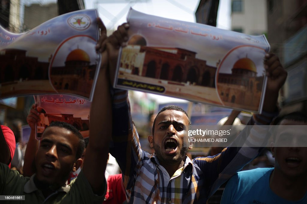 A Palestinian man shouts anti-Israeli slogans as he holds up a poster of Jerusalem's Al-Aqsa compound during a protest in Gaza City on September 13, 2013. Israeli police spokeswoman Luba Samri said that restrictions would be imposed on Muslims attending Friday prayers at Jerusalem's Al-Aqsa compound, for reasons unconnected with Yom Kippur following repeated clashes there with stone-throwing Palestinians over the past week. AFP PHOTO / MOHAMMED ABED