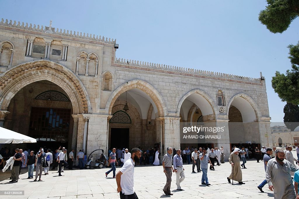 Palestinian men walk outside Jerusalem's al-Aqsa mosque after clashes erupted at the compound between Palestinians and Israeli police on June 26, 2016 during the holy month of Ramadan. Israeli police at Jerusalem's Al-Aqsa mosque compound clashed Sunday with Muslims protesting Jewish visits there as the Islamic holy month of Ramadan approached its climax, Palestinians said. / AFP / AHMAD