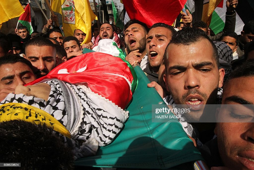 Palestinian mourners carry the body of Omar Jawabra, who was killed by Israeli fire during clashes near hebron the day before, during his funeral at al-Aroub Palestinian refugee camp, north the West Bank town of Hebron on February 11, 2016. / AFP / HAZEM BADER