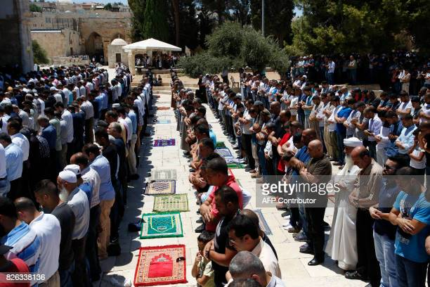Palestinian Muslim worshippers attend Friday noon prayer at the AlAqsa mosque compound in Jerusalem's old city on August 4 2017 / AFP PHOTO / HAZEM...