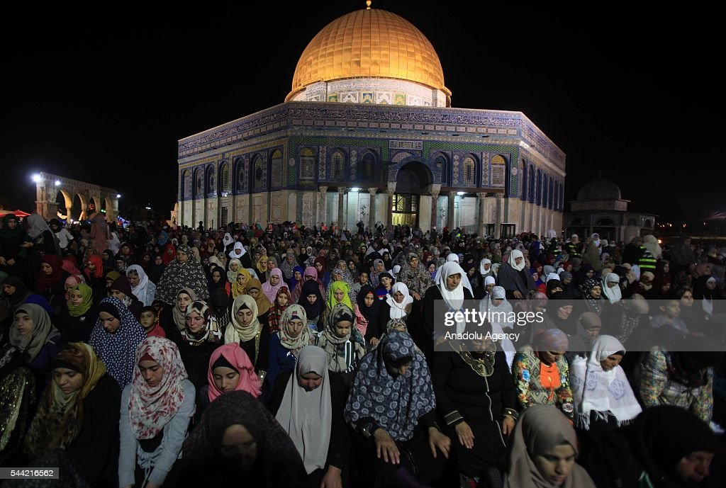 Palestinian Muslims pray outside the Dome of the Rock in the Al-Aqsa mosques compound in Jerusalem on the occasion of Laylat al-Qadr, (In Islamic belief the night when the first verses of the Quran were revealed) on July 2, 2016.
