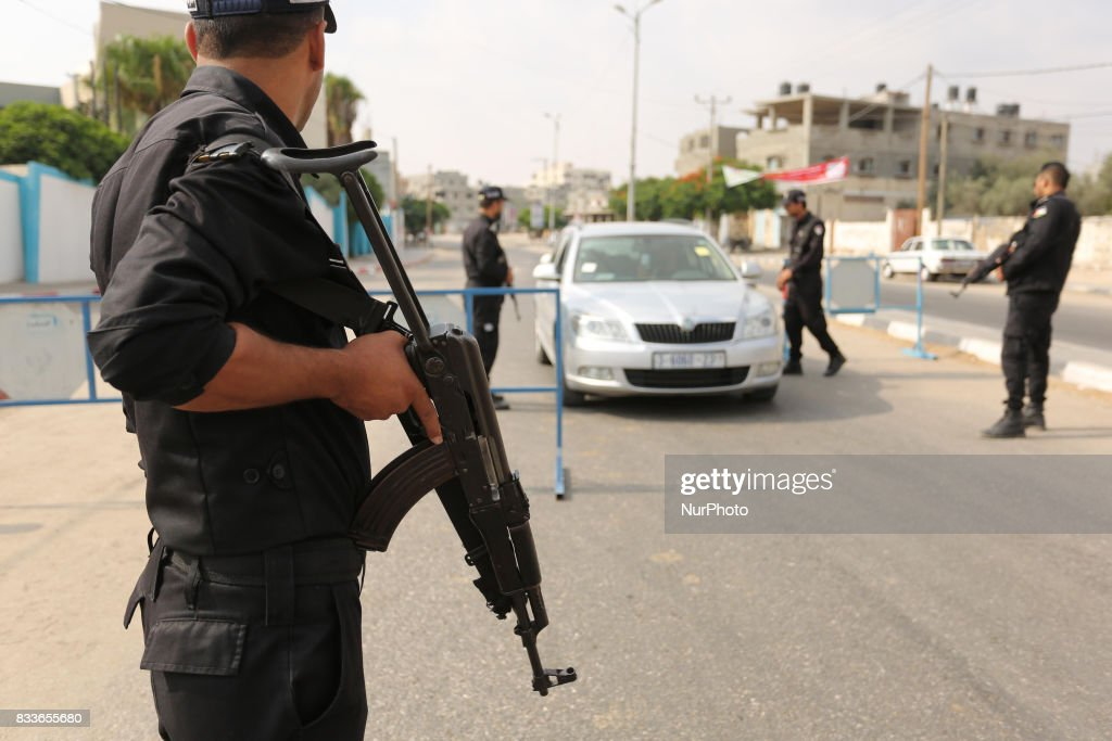 Palestinian policemen stop a vehicle at a security checkpoint, in Rafah in the southern of Gaza Strip August 17, 2017. A suicide bomber killed a Palestinian security man in southern Gaza, officials said, in what was seen as a rare Islamist attack against the Palestinian group that has run the impoverished enclave for a decade.