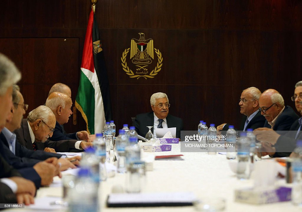 Palestinian President Mahmud Abbas (C) chairs a meeting of the executive committee of the Palestine Liberation Organisation (PLO) in the West Bank city of Ramallah on May 4, 2016. / AFP / POOL / MOHAMAD