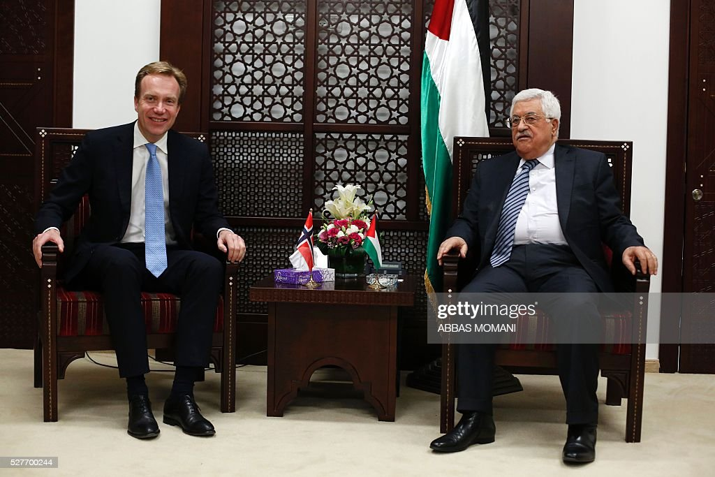 Palestinian president Mahmud Abbas (R) talks to Norwegian Foreign Minister Borge Brende during a meeting in the West Bank city of Ramallah, on May 3, 2016. / AFP / ABBAS